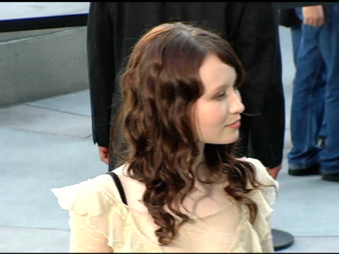 vídeos y material grabado en eventos de stock de emily browning at the 'lemony snicket's a series of unfortunate events' world premiere at the cinerama dome at arclight cinemas in hollywood,... - arclight cinemas hollywood