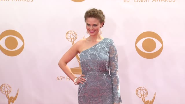 emily deschanel at the 65th annual primetime emmy awards arrivals in los angeles ca on 9/22/13 - annual primetime emmy awards stock-videos und b-roll-filmmaterial