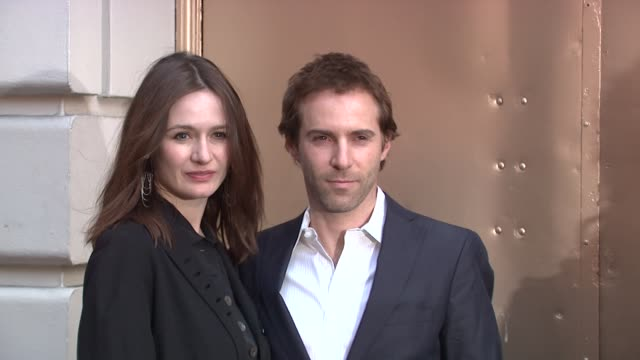 stockvideo's en b-roll-footage met emily mortimer and alessandro nivola at the 'god of carnage' broadway opening - arrivals at new york ny. - alessandro nivola