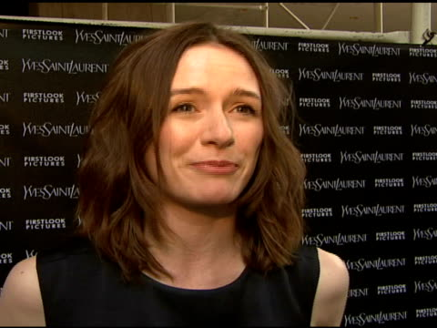 vídeos y material grabado en eventos de stock de emily mortimer talked about her outfit which is ysl and the film she's in, which is the wes craven part she has known wes for a long time when she... - scream named work