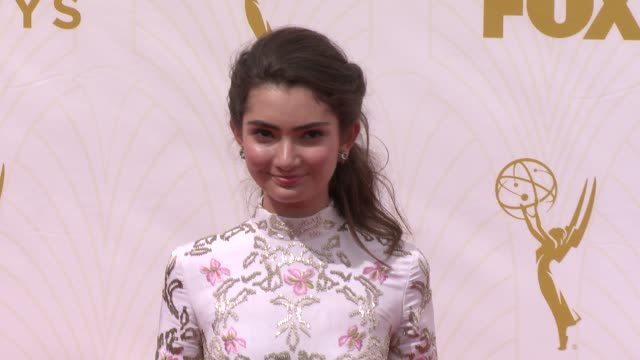 vidéos et rushes de emily robinson at 67th annual primetime emmy awards in los angeles, ca 9/20/15 - annual primetime emmy awards