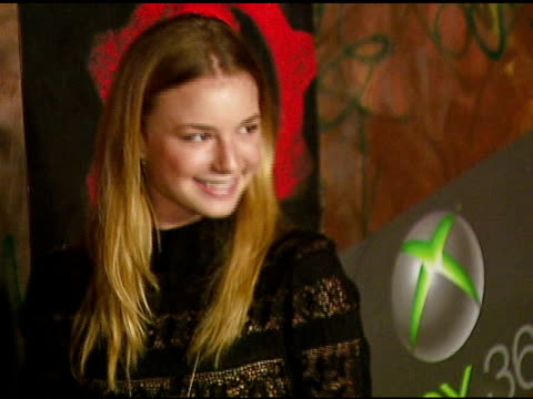 emily vancamp at the xbox 360 gears of war launch at hollywood forever cemetery in los angeles, california on october 25, 2006. - ギアーズオブウォー点の映像素材/bロール