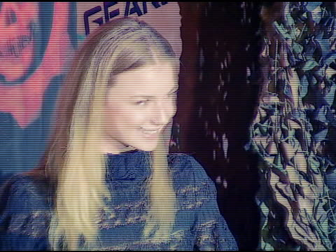 emily vancamp at the xbox 360 'gears of war' launch at hollywood forever cemetery in los angeles, california on october 25, 2006. - ギアーズオブウォー点の映像素材/bロール