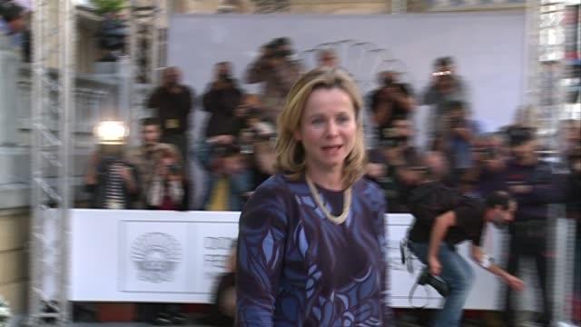 vidéos et rushes de emily watson arrives at hotel maría cristina - festival de film