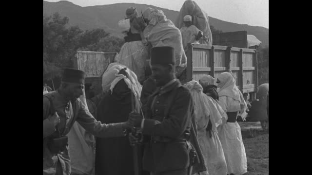 vídeos de stock e filmes b-roll de emir abd el-krim, leader of riffian berber rebels, wearing robes, stands with moroccan men in robes and french officer / various shots of abd... - marrocos