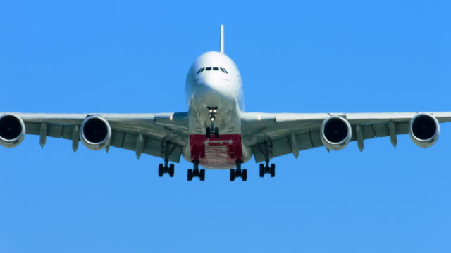 emirates airlines a380 commercial airbus jet airplane landing in lax airport 4k, from raw file - 正面圖 個影片檔及 b 捲影像