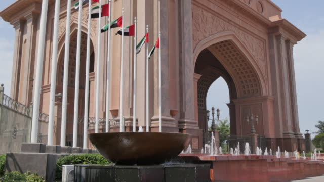 vidéos et rushes de emirates palace entrance gate on the corniche, abu dhabi, united arab emirates, middle east, asia - résolution 4k