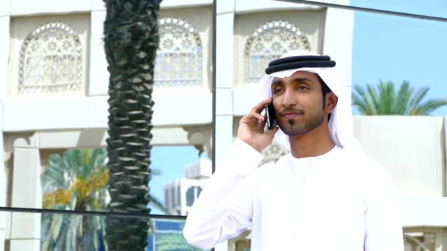 Émirati Homme d'affaires à l'aide de téléphone en plein air