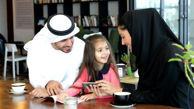stockvideo's en b-roll-footage met emirati family at cafe - midden oosten