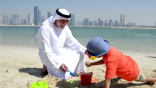 vídeos y material grabado en eventos de stock de emirati abuelo y a little boy playing on the beach - 6 7 años