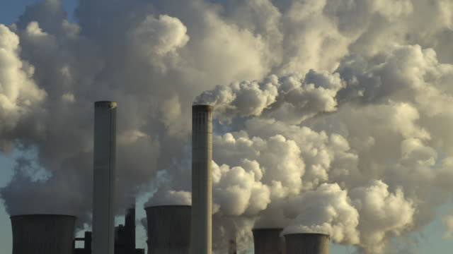 emissionen beim kraftwerk niederaußem in bergheim bei köln - schornstein konstruktion stock-videos und b-roll-filmmaterial