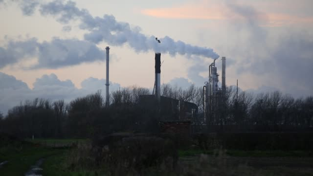emissions from a factory near helsby, cheshire, uk. - air pollution stock videos & royalty-free footage
