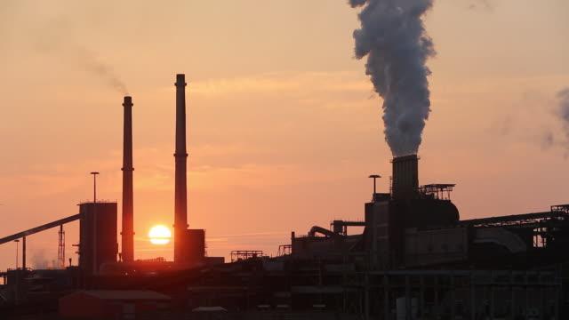 emissions from the tata steel works in ijmuiden near amsterdam, netherlands - 北ホラント州点の映像素材/bロール