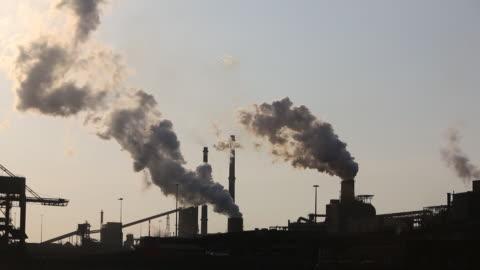 stockvideo's en b-roll-footage met emissions from the tata steel works in ijmuiden near amsterdam, netherlands - economie