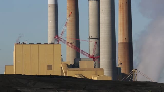 emissions rise from smokestacks as electricity is generated at the coal-fired kentucky utilities e.w. brown generating station in harrodsburg,... - schornstein konstruktion stock-videos und b-roll-filmmaterial