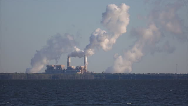 emissions rise from the coal-fired santee cooper cross generating station power plant in pineville, south carolina, u.s., on thursday, march 22, 2018. - schornstein konstruktion stock-videos und b-roll-filmmaterial