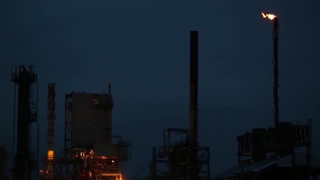 emissions rise from the phillips 66 co wood river refinery in roxana illinois us on tuesday april 24 2017 shots wide shot of refinery as sun goes... - conocophillips stock-videos und b-roll-filmmaterial