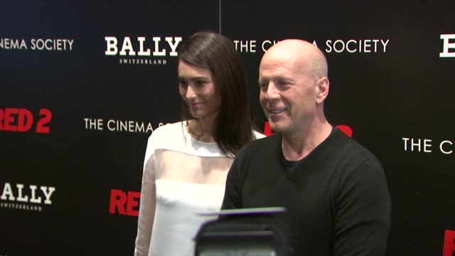 emma heming and bruce willis atthe cinema society and bally host a screening of summit entertainment's red 2 at museum of modern art on july 16 2013... - bruce willis stock-videos und b-roll-filmmaterial