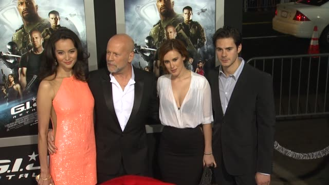 vídeos y material grabado en eventos de stock de emma heming willis bruce willis rumer willis jayson blair at gi joe retaliation los angeles premiere 3/28/2013 in hollywood ca - venganza
