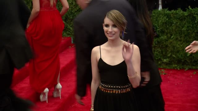 """emma roberts at """"punk: chaos to couture"""" costume institute gala at metropolitan museum of art on may 06, 2013 in new york, new york - 黒のドレス点の映像素材/bロール"""