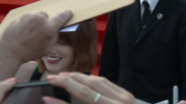 emma stone at opening night gala 'birdman' red carpet - 71st venice international film festival at palazzo del casino on august 27, 2014 in venice,... - 第71回ベネチア国際映画祭点の映像素材/bロール