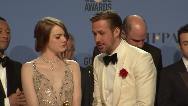 stockvideo's en b-roll-footage met emma stone, ryan gosling, damien chazelle and the cast and crew of 'lalaland' at 74th annual golden globe awards - press room at the beverly hilton... - beverly hilton hotel