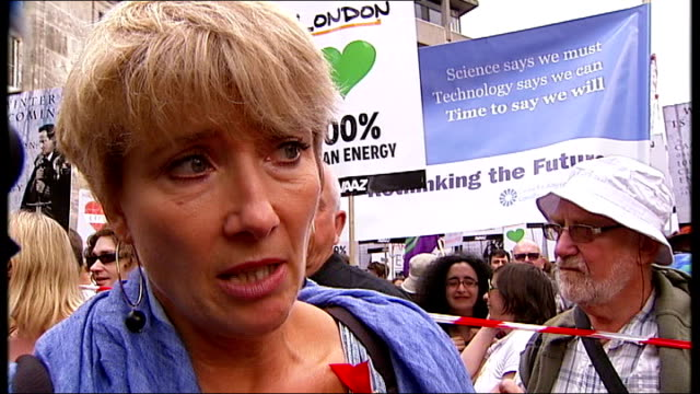 emma thompson leads the people's climate march; england: london: ext emma thompson interview sot - エマ・トンプソン点の映像素材/bロール
