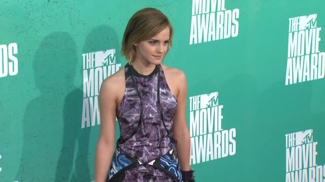 emma watson at 2012 mtv movie awards - arrivals at gibson amphitheatre on june 03, 2012 in universal city, california - ギブソンアンフィシアター点の映像素材/bロール