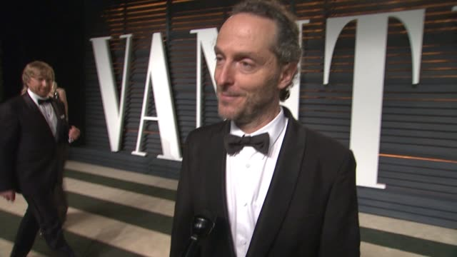 vídeos y material grabado en eventos de stock de interview emmanuel lubezki at the 2015 vanity fair oscar party hosted by graydon carter at wallis annenberg center for the performing arts on... - vanity fair oscar party