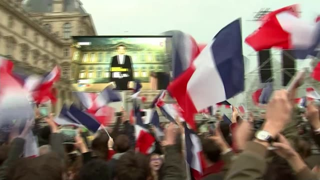 emmanuel macron elected president crowd of people waving french flags and celebrating in courtyard of the louvre museum - präsident stock-videos und b-roll-filmmaterial