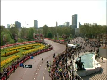 vídeos y material grabado en eventos de stock de emmanuel mutai wins the elite men's race at the 2011 london marathon - línea de meta