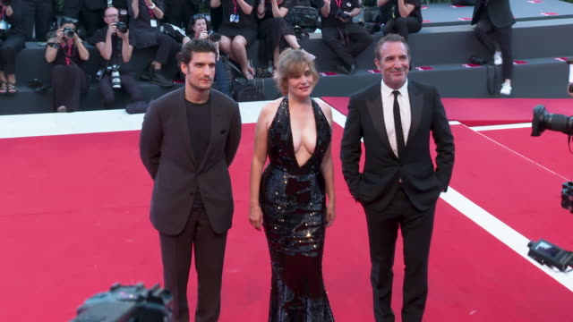 vídeos de stock, filmes e b-roll de emmanuelle seigner, jean dujardin, louis garrel at 'j'accuse'- red carpet arrivals - 76th venice film festival on august 30, 2019 in venice, italy. - jean dujardin