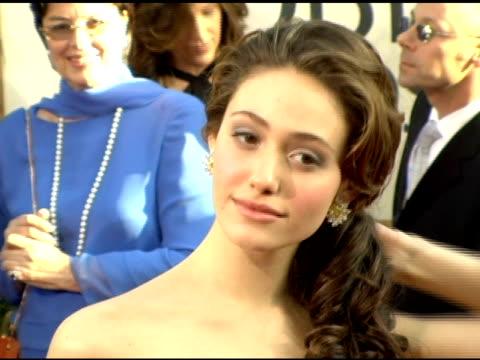 vídeos de stock, filmes e b-roll de emmy rossum at the 2006 golden globe awards arrivals at the beverly hilton in beverly hills california on january 16 2006 - emmy rossum