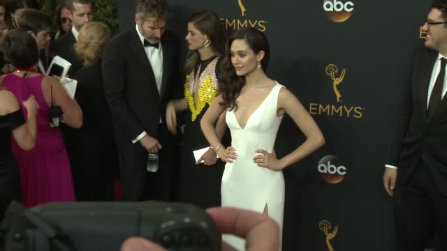 vídeos de stock, filmes e b-roll de emmy rossum at the 68th annual primetime emmy awards arrivals at microsoft theater on september 18 2016 in los angeles california - emmy rossum