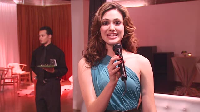 emmy rossum walks us through the lipton pyramid tea vignettes at the 'lipton pyramid teas launch' new york city october 5 2006 at xchange in new york... - vignettatura video stock e b–roll
