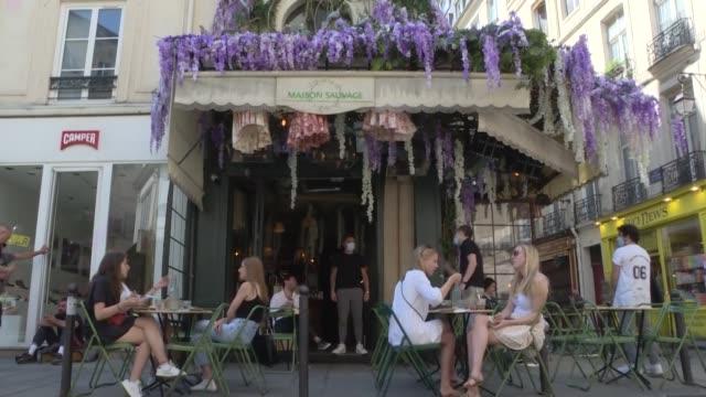 emocionados, los parisinos pudieron regresar el martes a sus amados cafés y restaurantes, claves en la vida social en francia, luego de más de dos... - restaurante stock videos & royalty-free footage