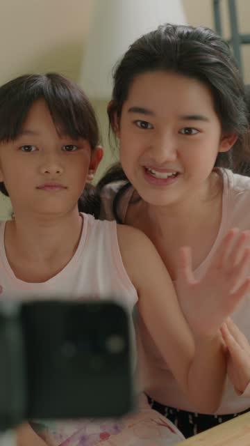 emotional sibling vlogger streaming auf live-video-inhalte auf dem handy. - content stock-videos und b-roll-filmmaterial
