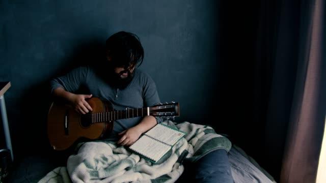 emotionell stress: asiatisk musiker låtskrivare - låtskrivare bildbanksvideor och videomaterial från bakom kulisserna