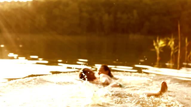 emotionale sommer kiss - hot kiss stock-videos und b-roll-filmmaterial