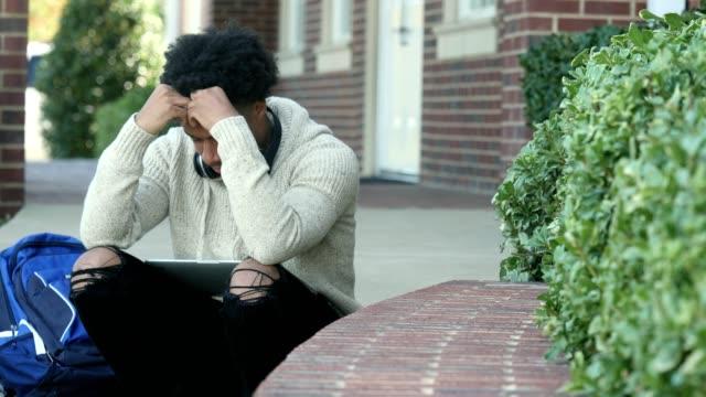 vídeos de stock, filmes e b-roll de emocionalmente estressado estudos de estudante universitário masculino para teste - excesso de trabalho