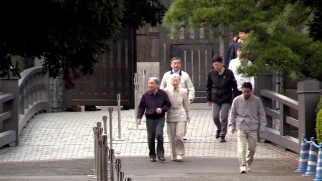 emperor akihito and empress michiko took an unannounced stroll outside the imperial palace in tokyo on april 7 and waved to surprised joggers and... - 宮殿点の映像素材/bロール