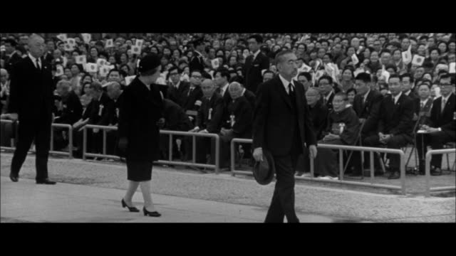 emperor and empress visiting the atomic bomb monument in hiroshima /emperor and empress giving silent prayers/nuclear bomb mushroom cloud/hiroshima... - massenvernichtungswaffe stock-videos und b-roll-filmmaterial