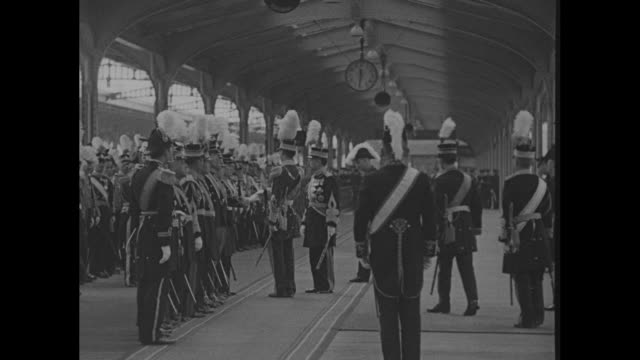 emperor hirohito on train station platform with large number of military, all in plumed or feathered hats and formal uniform leads pu yi , dressed in... - 天皇点の映像素材/bロール