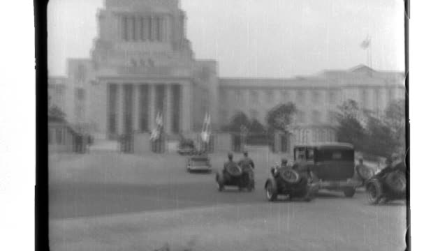 Emperor Hirohito travels by limousine to the Diet Yukio Ozaki makes pertinent comments on the Emperor's visit to the press