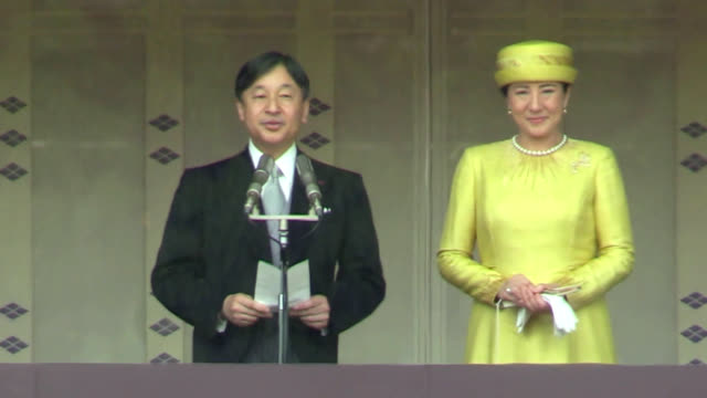 emperor naruhito greeted tens of thousands of well-wishers from the imperial palace veranda on may 4, his first appearance before the public since he... - 天皇点の映像素材/bロール