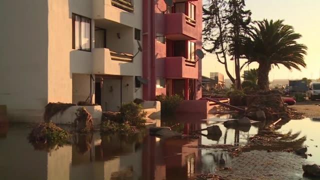 Empiezan los trabajos de limpieza en las localidades mas afectadas por el fuerte sismo en Chile donde subieron a 12 los muertos en la tragedia