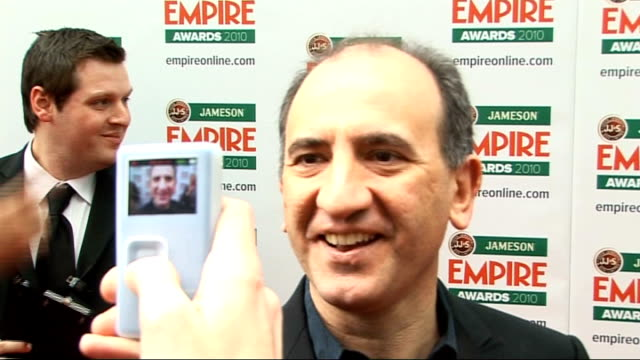 vídeos y material grabado en eventos de stock de empire film awards in london ray winstone talking to press armando iannucci interview sot on the goodybags given out / on how he makes stories up... - armando iannucci