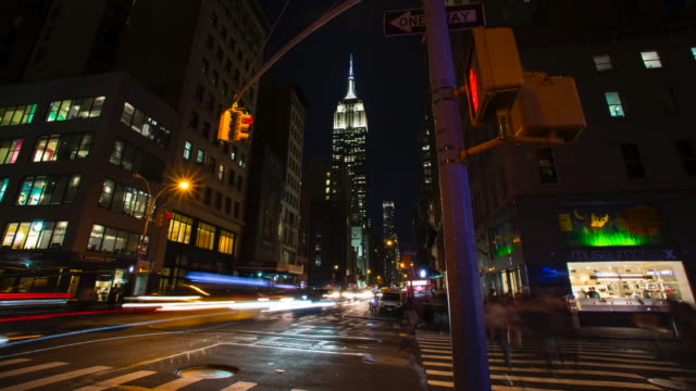 empire state building at night with traffic time lapse - empire state building video stock e b–roll