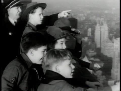 vídeos de stock, filmes e b-roll de empire state building ms boy scouts on observation deck roof ha ws midtown manhattan new york city skyscrapers central park ms scouts watching - ponto de observação