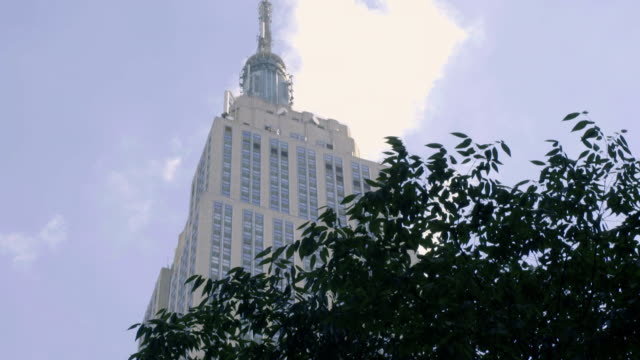 empire state building - clouds - empire state building stock-videos und b-roll-filmmaterial